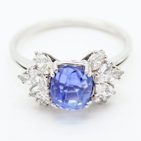 Anello vintage con zaffiro centrale e diamanti laterali
