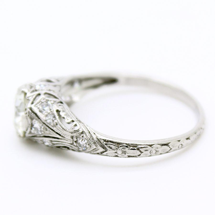 Anello solitario Decò in platino con diamante taglio antico