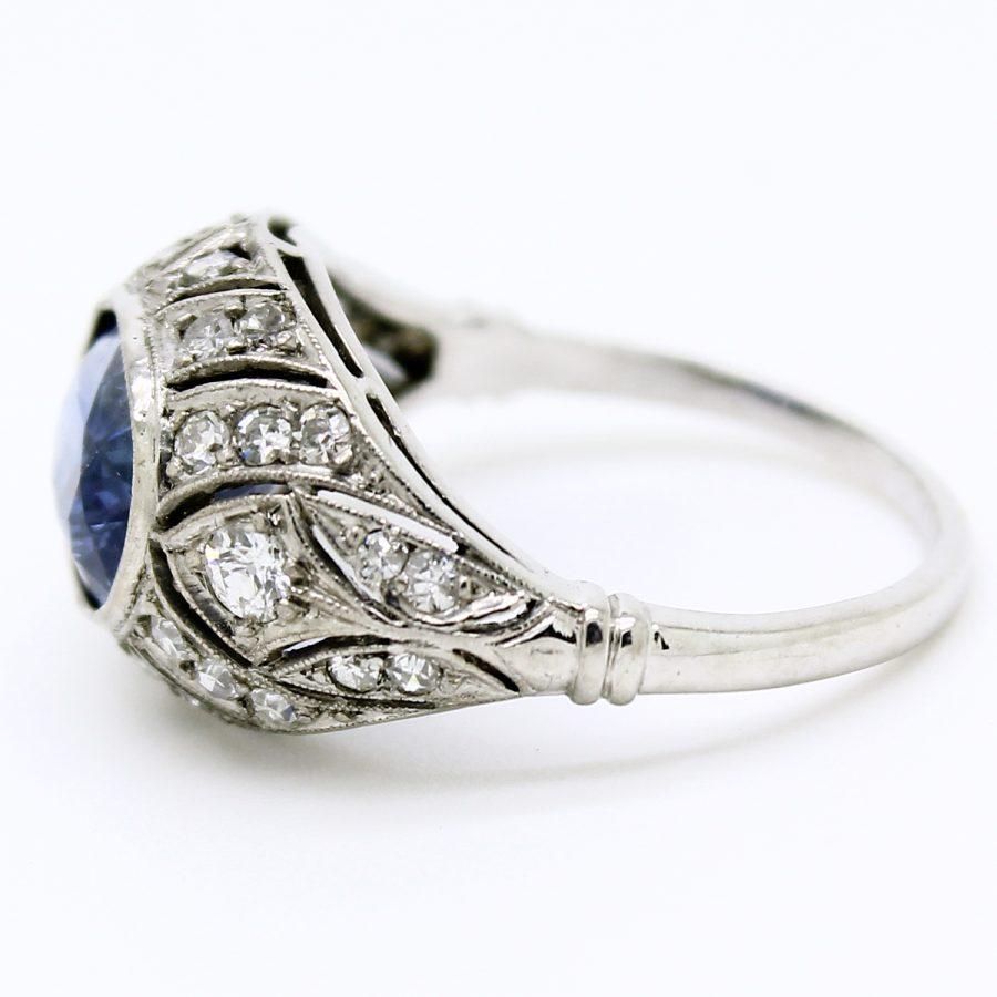 Anello Deco' in platino con zaffiro e diamanti