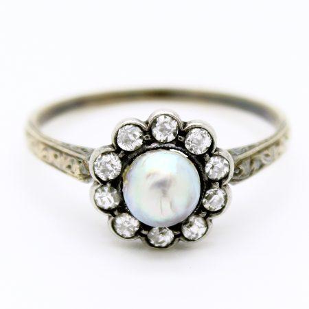Anello Vittoriano a forma di margherita in oro giallo argento perla e diamanti