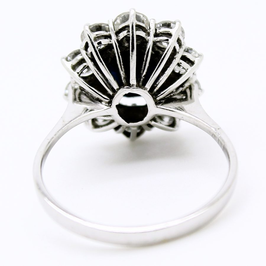 Anello classico anni '50 in oro bianco zaffiro e diamanti