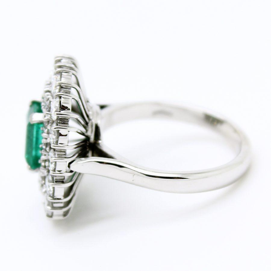Anello anni '60 in oro bianco smeraldo e doppio giro di diamanti