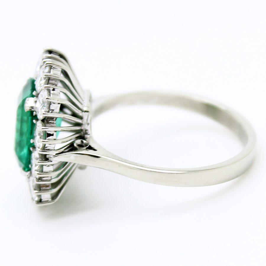 Anello anni '60 in oro bianco smeraldo e diamanti