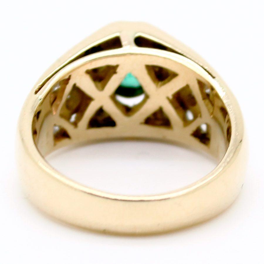 Anello a fascia anni '80 con smeraldo centrale e diamanti taglio baguette