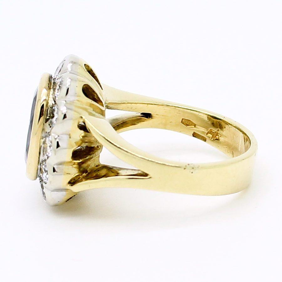 Anello anni '80 in oro giallo e bianco con zaffiro e diamanti