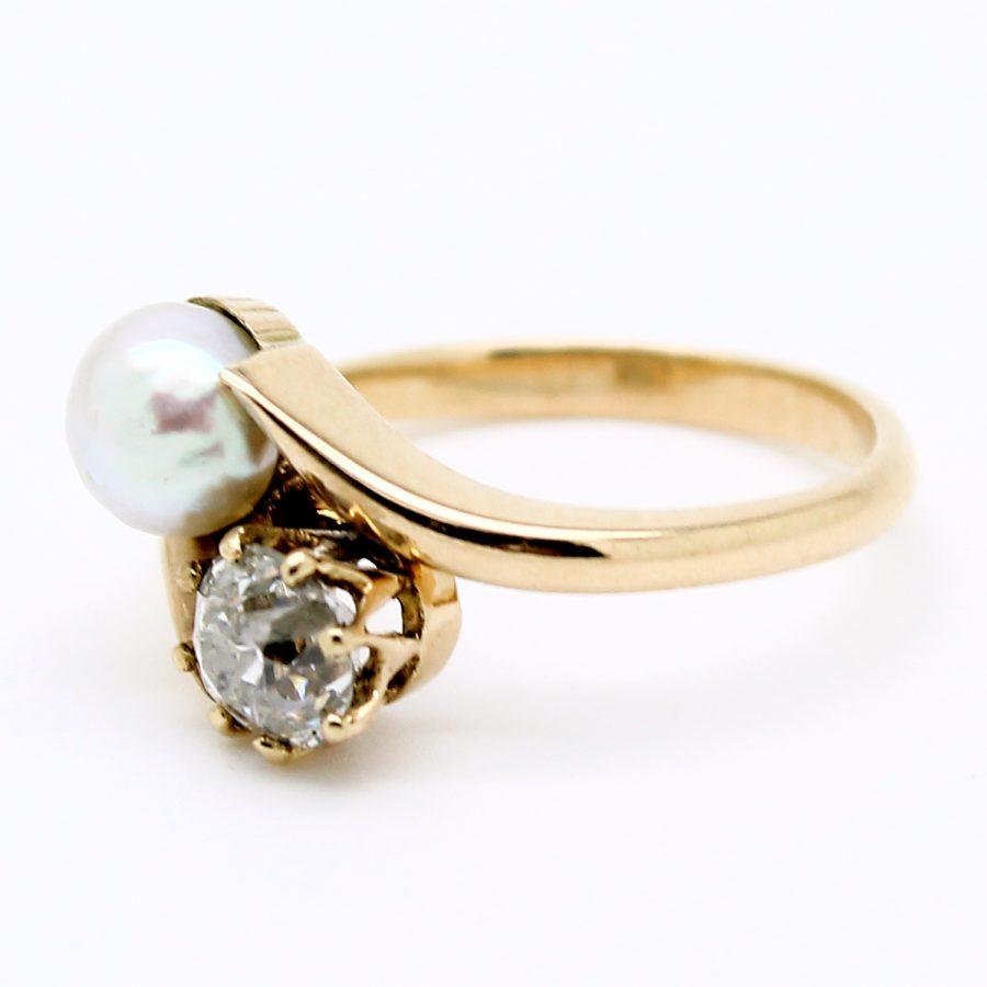 Anello contrariè del XIX secolo in oro, perla naturale e diamante